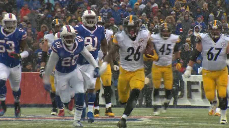 Le'Veon Bell carries the ball for the Steelers.