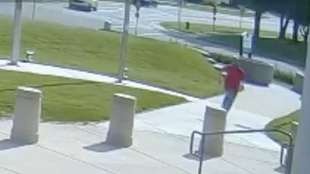 Man runs from courthouse