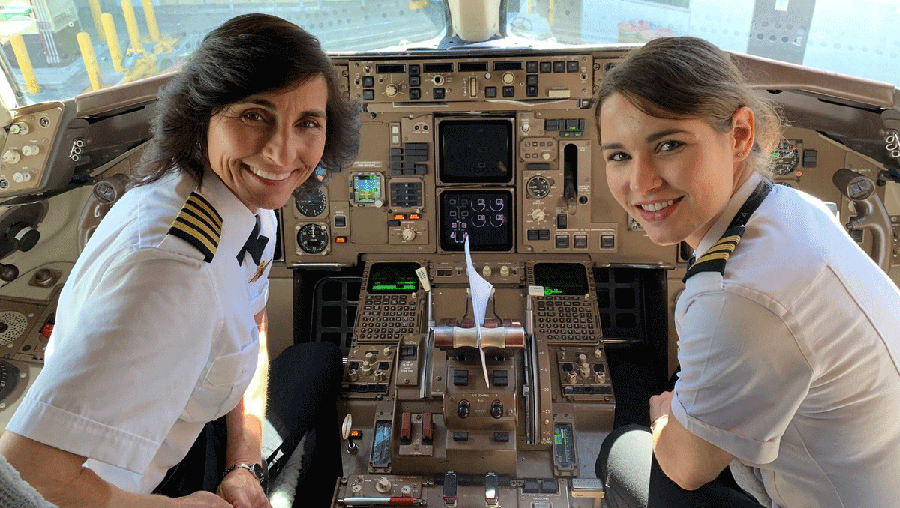 Wendy and Kelly Rexon, pilot and first officer, in a Delta Boeing 757.